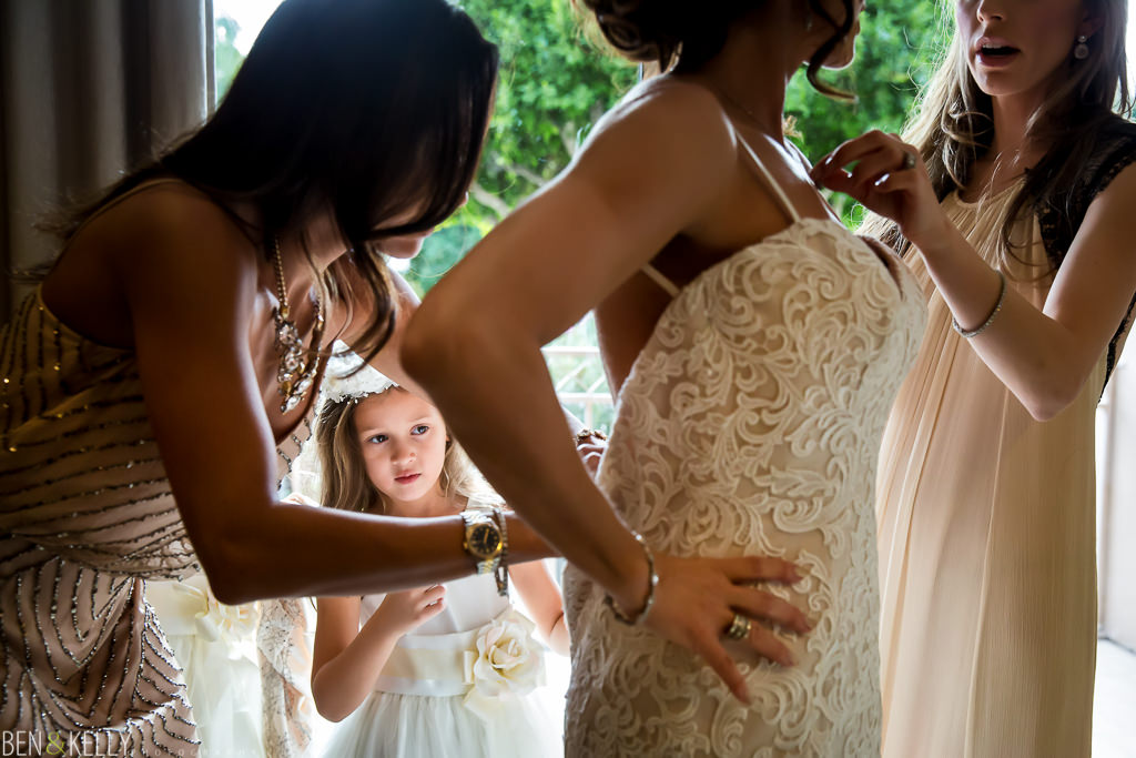zipping up the wedding dress at the phoenician - benandkellyphotography